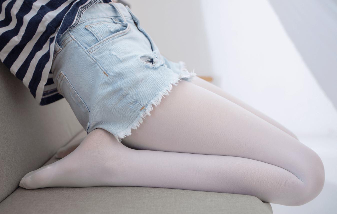 宅男福利-02080D超短裤白丝红帆布鞋套图少女写真-痴痴资源网